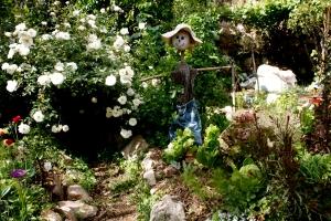 A scarecrow overseeing the Zamenhof garden.